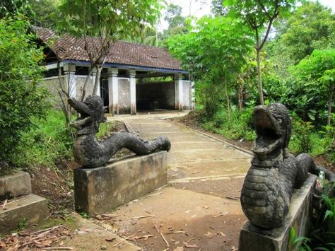 Salah satu pendopo tempat pertapaan di dekat mulut Goa Kiskendo