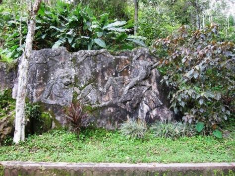 Relief cantik di dekat mulut Goa Kiskendo