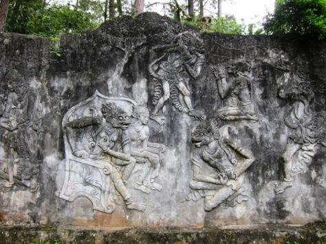 Detil relief sangat rapi, menggambarkan legenda pertempuran klasik di dunia perwayangan