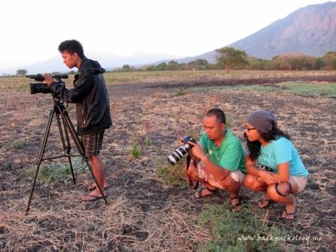 Videografer Enuh (kiri), fotografer Dober (tengah), dan kawan blogger (Mumun) asyik berburu golden moment di TN Baluran