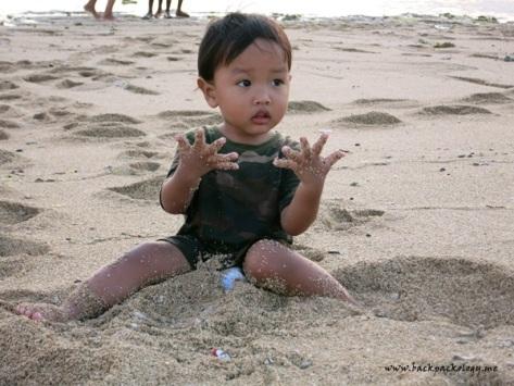 Betah mainan di pantai