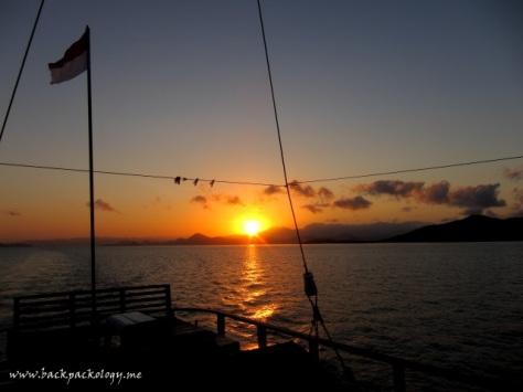 Sunrise di perairan Komodo, langsung dari sundeck Plataran Komodo