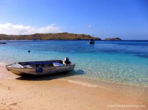 Pink Beach Komodo, bersama sampan kecil yang sangat berjasa