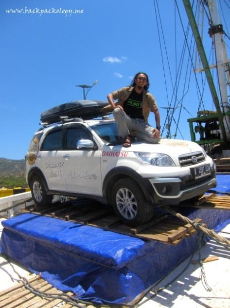 Bolehlah narsis sedikit di atas Terios, mumpung sampai Komodo (foto oleh Ki Joko Blogger)