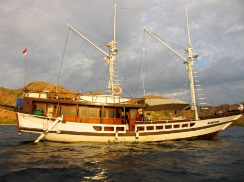 Kapal phinisi Plataran Komodo yang menjadi rumah Sahabat Petualang selama 3 hari 2 malam