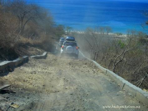 Turunan terjal menuju pantai yang masih berupa jalan rusak kembali menguji ketangguhan Terios