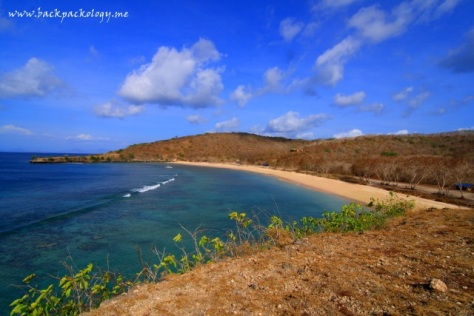 Pemandangan lepas dari atas bukit Pink Beach Lombok Timur, sangat memanjakan mata
