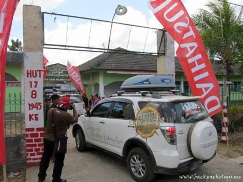 Daihatsu Terios disambut di pintu gerbang pondok pesantren