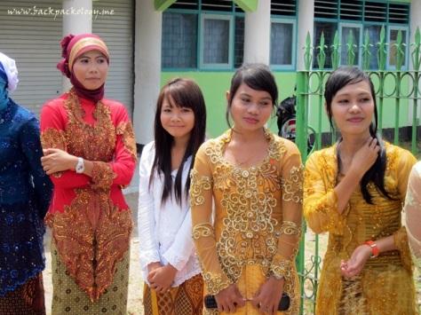 Siswi-siswi menyambut Sahabat Petualang di pintu gerbang