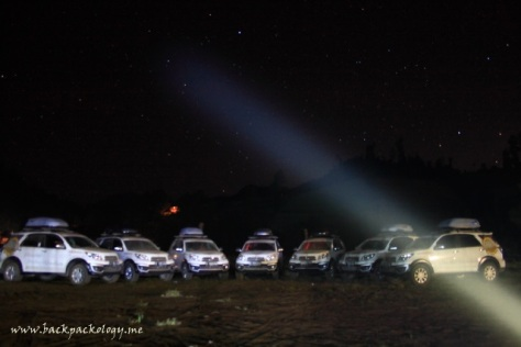 Jejeran Daihatsu Terios di lapangan samping Ranu Pane, dengan latar langit cerah bertabur bintang dan Gunung Semeru yang tersamar gelap malam
