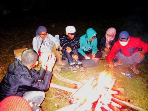 Menghangatkan diri dengan api unggun di tepian Ranu Pane
