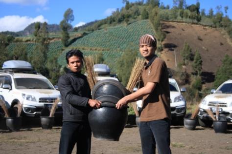 Bantuan alat-alat kebersihan diserahkan oleh perwakilan Daihatsu, David Setyawan, kepada pemuda lokal Ranu Pane