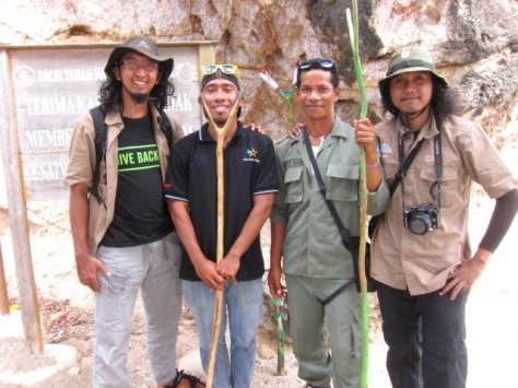 Bang Beny sang ranger bersama Bang Patrice dive guide, diapit dua blogger yang tak kalah eksotis