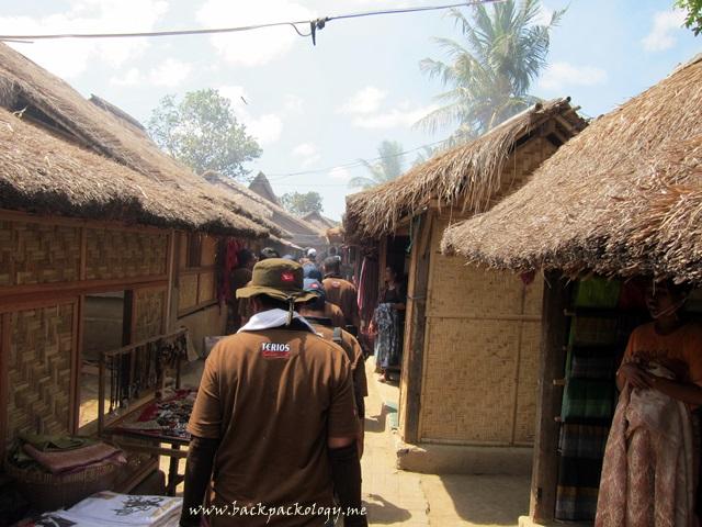 Suasana Desa Sade Rambitan dengan bentuk dan susunan rumah yang khas dan terus bertahan di tengah perkembangan zaman