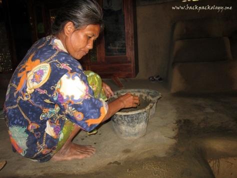 Seorang ibu melumuri lantai rumahnya dengan kotoran kerbau, tradisi unik Desa Sade Rambitan