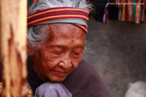 Meskipun sudah tua, nenek ini tetap semangat menjalani hari di Desa Sade Rambitan, semangat yang harus selalu kita tiru