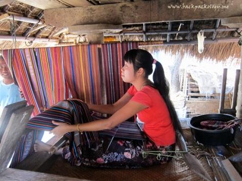 Seorang wanita Suku Sasak menenun secara tradisional dengan alat tenun yang sangat sederhana