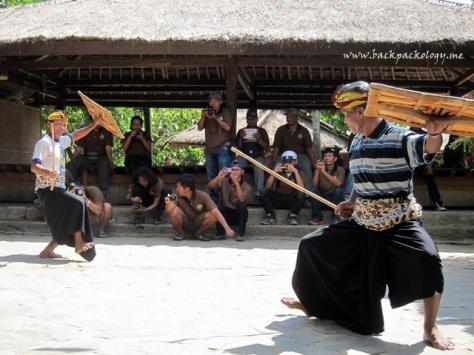 Pelatih memulai pertarungan Paresehan sebagai pemanasan