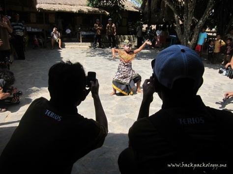 Sahabat Petualang sibuk mengabadikan aksi dinamis anak kecil Suku Sasak