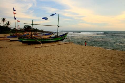 Perahu nelayan sedang bersandar di Pantai Ciantir, Sawarna