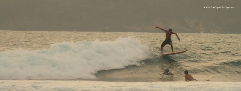 Surfer lokal sedang beraksi di Sawarna