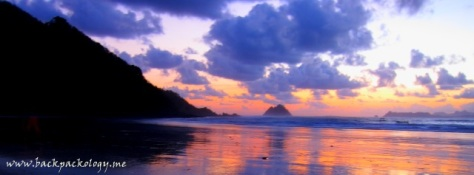 Semburan jingga Pantai Selong Belanak selepas sunset masih bisa menjadi penghibur kami