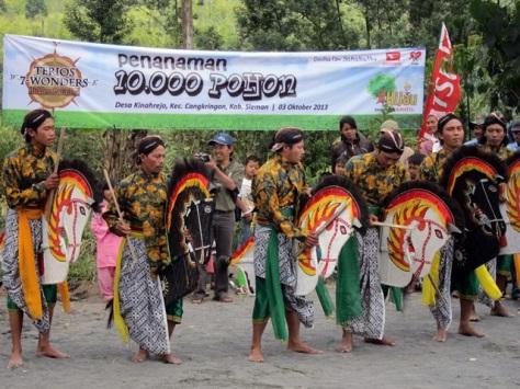 Hiburan Jathilan Kuda Lumping menjadi atraksi menarik bagi tim Ekspedisi Terios 7 Wonders