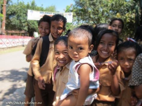 Anak-anak desa sangat antusias menyambut tim Terios 7 Wonders yang berkunjung