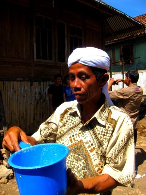 Warga desa menunjukkan hasil susu kuda yang baru saja diperah, siap untuk disaring dan diminum langsung