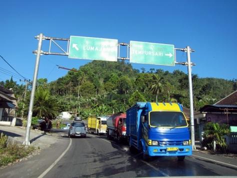 Karena jalur Tumpang ditutup, tim Terios 7 Wonders terpaksa memutar lewat Lumajang menuju Desa Ranu Pane