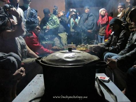 Berdesak-desakan sekaligus berbagi kehangatan di pawon Suku Tengger