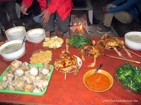 Makan malam di pawon Suku Tengger yang sangat menggugah selera, mulai dari nasi putih, jagung putih, ayam bakar, sop, tahu tempe, hingga sambel