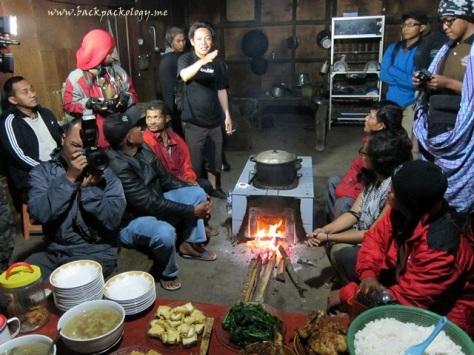 Pawon alias dapur rumah Suku Tengger yang berfungsi sekaligus sebagai ruang tamu dan keluarga