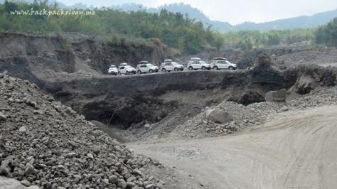 Daihatsu Terios berjejer di atas lereng jalur lava tour, siap berpose untuk para fotografer