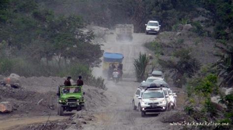 Puas berfoto, 7 Terios menuruni jalur lava tour. Di sini, Terios harus berbagi jalur dengan jip 4 WD, truk pasir, dan motor warga setempat