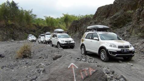Konvoi Daihatsu Terios melewati jalur lava tour yang umumnya hanya dilewati jip 4 WD dan truk pasir