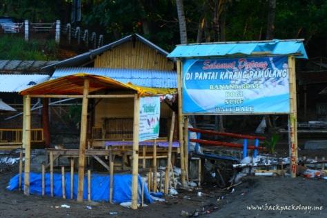 Pantai Karang Pamulang nan penuh warung dan sampah