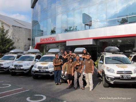 Nah, ini dia 7 blogger yang bergaya di Dealer Astra Daihatsu Motor Yogyakarta, tepatnya di Jl Magelang