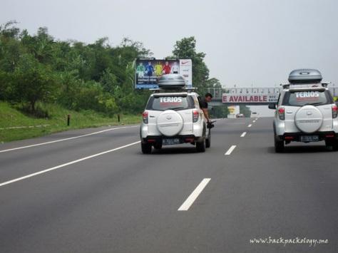 Suting dulu di Tol Padaleunyi selepas dari Desa Sawarna menuju Yogyakarta