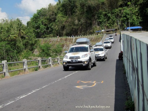 Melintasi jembatan Kali Kuning yang sekaligus berfungsi sebagai cekdam penahan lahar Merapi