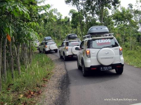 Terios menempuh perjalanan berliku menuju Desa Sawarna, Banten