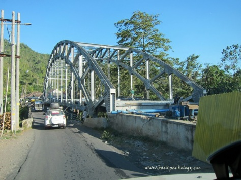 Pemandangan unik pembangunan jembatan baja bergaya busur (arch bridge) di perjalanan menuju Desa Ranupane