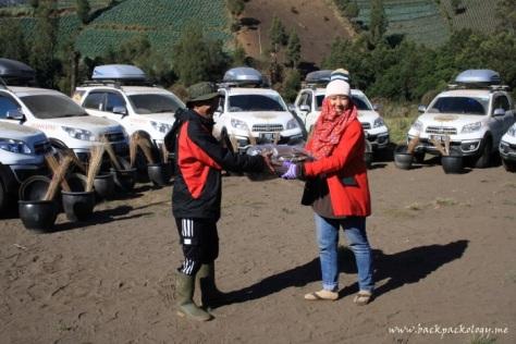 Aksi sosial Ekspedisi Terios 7 Wonders di Desa Ranupane berupa penyerahan alat-alat kebersihan dan kaos Terios 7 Wonders