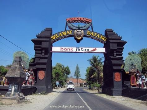 Melintasi gerbang kota Ponorogo, Jawa Timur