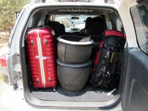 Tong sampah yang akan diserahkan kepada warga Suku Tengger di Desa Ranupane, bersama barang-barang bawaan peserta yang membuktikan bagasi Terios yang lapang