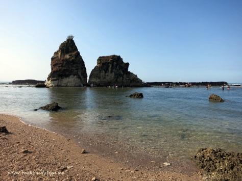Nah ini karang berbentuk layar yang legendaris...perhatikan karang di belakang batu layar ini, di situ ombak sering menghantam dan menghasilkan pemandangan yang spektakuler