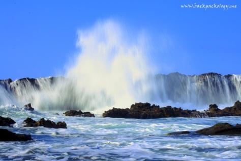 Ini gambaran slow shutter saat ombak kuat menghantam tembok karang...
