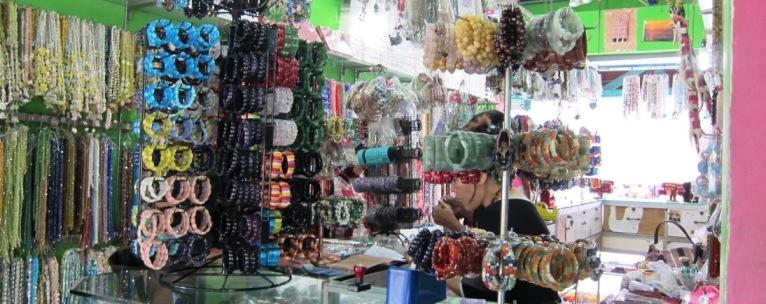 Pernak-pernik di Pasar Inpres Kebun sayur