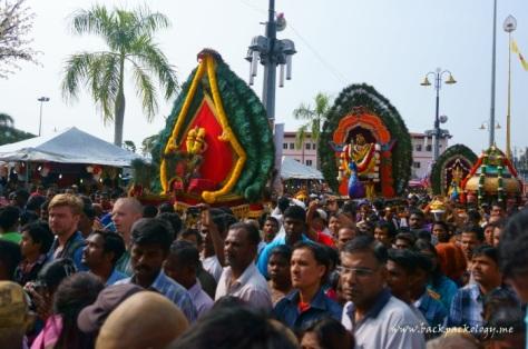 Berbagai bentuk kanopi yang disebut Kavadi dibawa oleh para pemuja sebagai bentuk pengorbanan yang lebih tinggi bagi Sang Dewa Perang Murugan