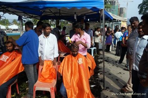 Bercukur adalah salah satu bentuk pengorbanan bagi Sang Dewa. Tak hanya kaum lelaki, kaum wanita dan anak-anak pun banyak yang mempersembahkan rambut mereka sebagai bentuk ketaatan mereka pada Sang Dewa